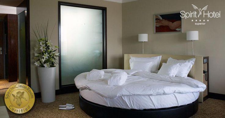Minden téren gondoskodunk arról, hogy nálunk önfeledten tudj pihenni! Tudtad, hogy a szobáink romantikus atmoszférája, és a kényelmes, puha ágyak, mellet a HOTELSTARS rendszer elvárásainak megfelelően tisztított és atkamentes matracok is hozzájárulnak a gondtalan kikapcsolódáshoz?
