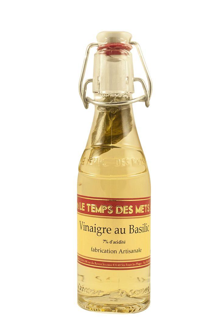 Franse witte wijnazijn met basilicum à 20cl van Le Temps des Mets met een zuurgraad van 7%.  Deze Witte wijnazijn met basilicum en echte basilicumblaadjes is op traditionele wijze gemaakt. Een heerlijke frisse vinaigre voor over salades en bij zomerse gerechten. Verpakt in een leuke beugelfles en ook erg leuk als decoratie in de keuken!