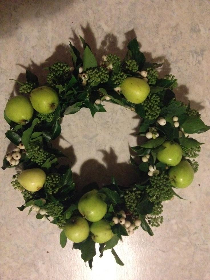 Efterårs dørkrans med æbler, snebær og efeu.