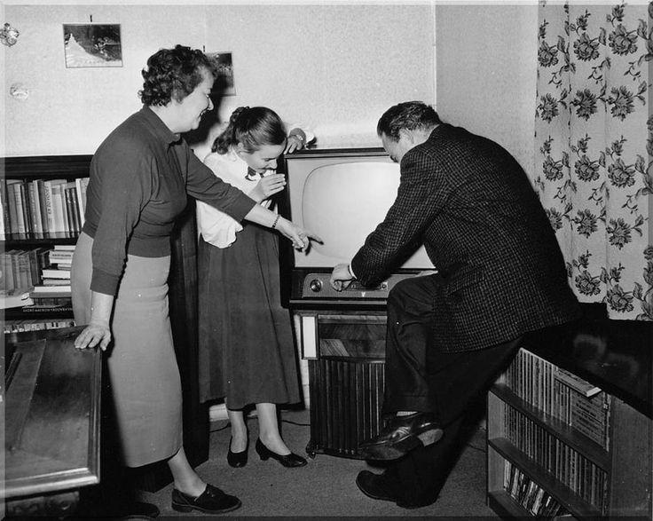 1957 Familie met nieuw televisietoestel, Amsterdam