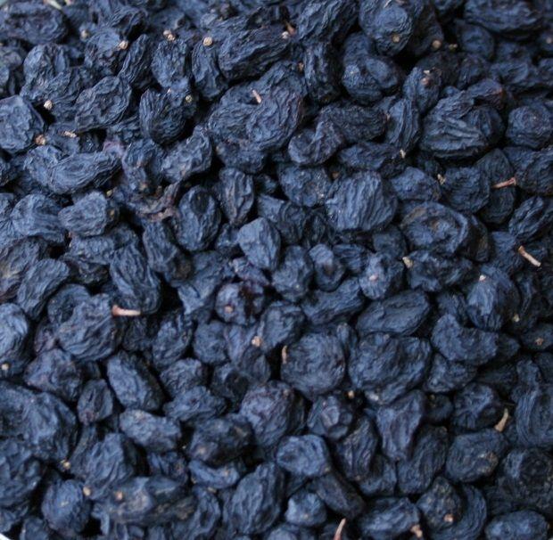 Çekirdekli Siyah Kuru Üzüm Alerjiye Bağlı Şiddetli Kaşıntıyı Önlüyor  Mevsimlerin değişmesiyle alerjik kaşıntılarınız mı arttı? Siyah kuru üzüm en iyi yardımcınız..    Bazı insanlar alerjiktir. Gün içerisinde yedikleri herhangi bir gıda onlarda kaşıntıya neden olabilir. Günümüzde tükettiğimiz ambalajlı besinlerin hemen hepsi alerjiyi tetikleyebilecek katkı maddeleri içermektedir.