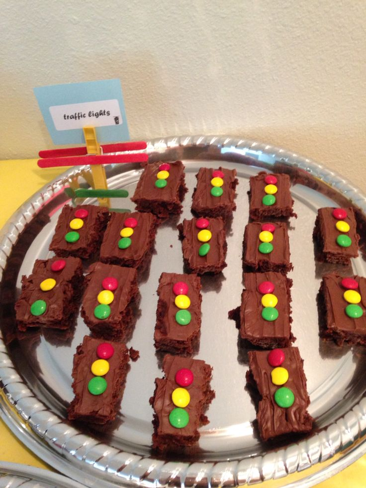 Love these traffic lights for cake slices or brownies. Decorate with frosting and colored candies. Perfect for a monster truck party!