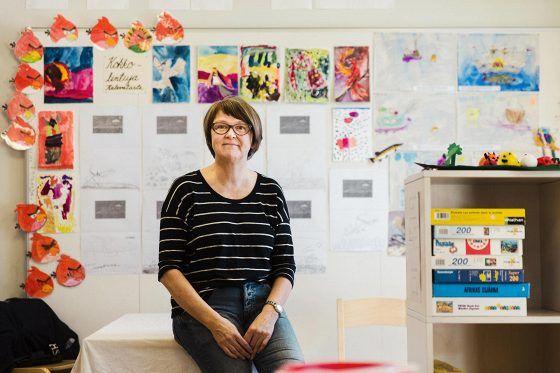 Lastenhoitaja Sari Rantala hyväksyy työajan pidennyksen, mutta pitää epäreiluna sitä, että vain julkisen sektorin työntekijöiden lomarahoja leikataan.