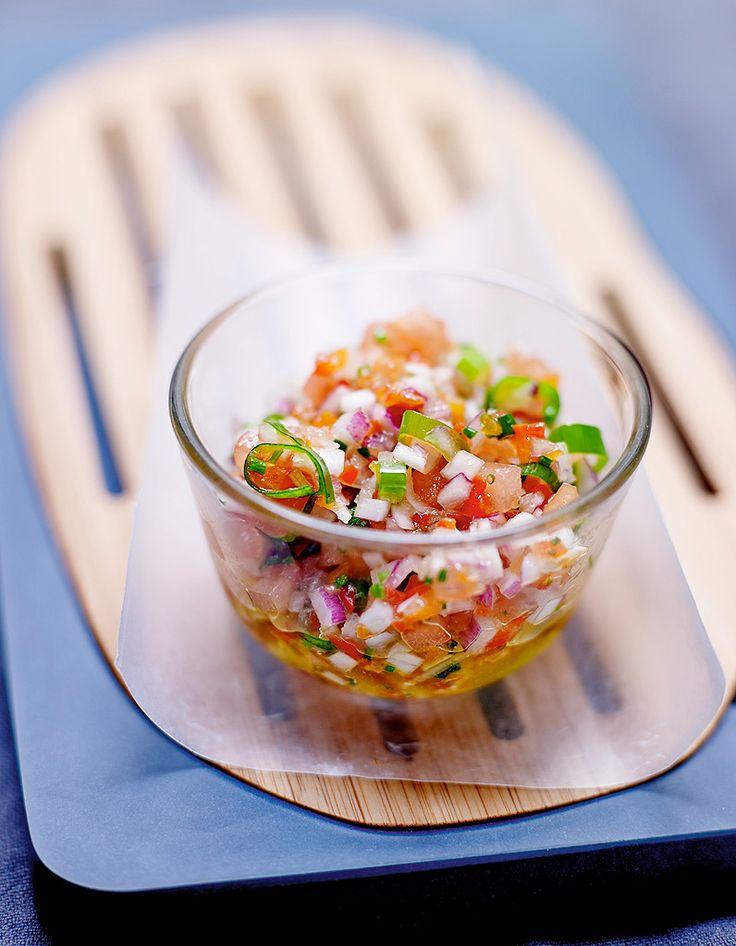 Recette Sauce chien : Taillez finement les oignons nouveaux en entier (le blanc et le vert), l'échalote, la tomate découpée en dés, le piment long émincé....