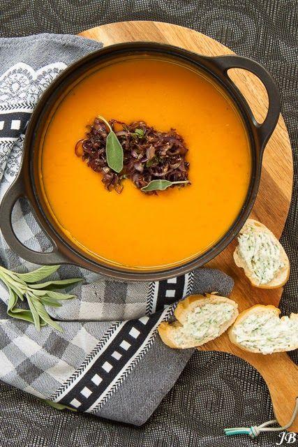 Een gezond, winters soepje van Caroline Brouwer. Wat wil je nog meer? Verhit in een soeppan twee eetlepels van de olie. Bak hierin de gember, specerijen en twee teentjes knoflook op zacht vuur gedurende twee minuten. Voeg de jam toe en bak nog twee minuutjes mee. Doe de aardappel en de wortel erbij, schenk de …