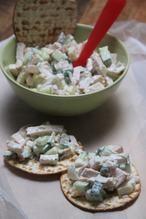 FRISSE SALADE MET KIP, APPEL EN KOMKOMMER Een smeerseltjes maak je toch eigenlijk zo zelf? In ieder geval is het verser en vaak frisser. Ook deze gerookte kip salade.