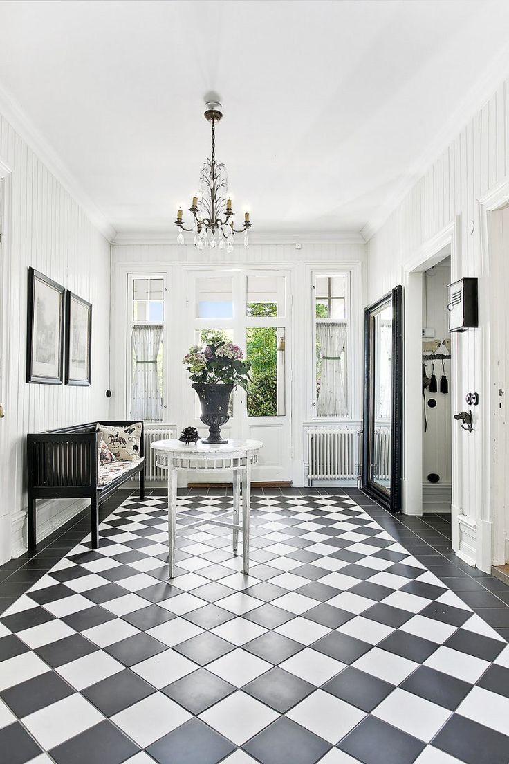 <p>Villa Mjörnsäter ligger i Alingsås och är en sekelskiftesdröm fördelad på 11 rum (och lika många kakelugnar), tre kök, fyra badrum, två hallar och två altaner fördelade på allt som allt två plan.</p>