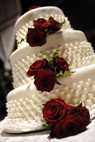 Torte nuziale classica, torta nuziale con rose rosse e perle, wedding cake