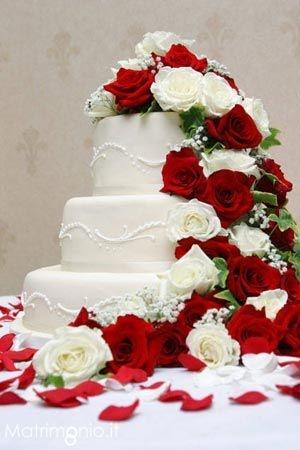 Torta nuziale bianca con rose bianche e rosse. Hotel Lacina - Location matrimoni Brognaturo (VV)