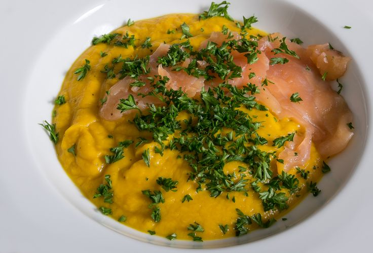Die Kürbis – Avocado Cremesuppe mit Lachs verdient ihren Namen Cremsuppe wirklich, denn die Avocado ist das Wundermittel schlechthin.