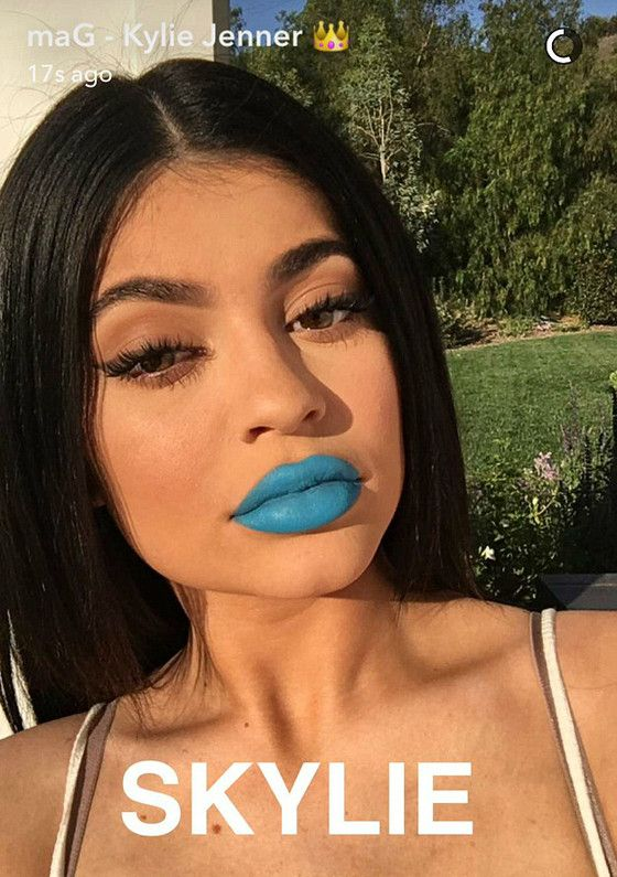 Kylie Jenner se pronuncia após Kylie Cosmetics receber avaliação negativa Kylieprecisou se pronunciar após sua marca de batons receber nota F no mercado.Mas nesta quarta-feira 6 Kylie fez questão de se pronunciar sobre assunto noInstagramda marca: Vocêssão a razão de eu continuar e estar motivada todos os dias para fazer a Kylie Cosmetics a melhor possível. Eu continuo aprendendo e só quero fazer todos felizes. Por muito de vocês terem falado eu estou animada para dizer que a Better…