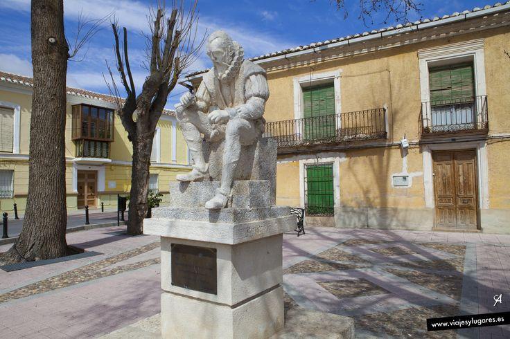 """En un capítulo LII del Quijote, Cervantes dice: """"Las palabras primeras que estaban escritas en el pergamino que se halló en la caja de plomo eran estas: Los académicos de la Argamasilla, lugar de la Mancha, en vida y muerte del valeroso don Quijote de la Mancha, «hoc scripserunt» (escribieron esto)..."""""""
