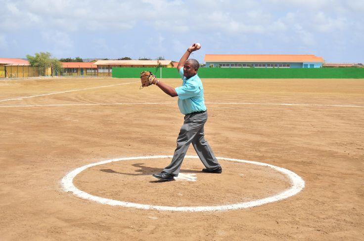 UPB de Groene Partij gedeputeerde lijsttrekker James Kroon opent Little League door gooien met eerste bal!