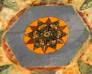 El mosaico geométrico del pavimento del Museo Arqueológico de Nápoles(Italia).   Matemolivares