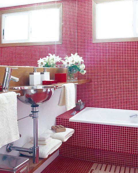 Un baño actual en gresite rojo en 5 m² | BAÑOS | Baños, Cuarto de ...