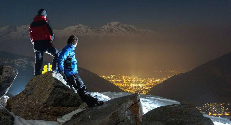 Μακριά από τις χιονισμένες πίστες όπου «βουλιάζουν» από τους λάτρεις του σκι, εκεί, κάπου μεταξύ ουρανού και Γης, δύο σκιέρ ξεκουράζονται κατά τη διάρκεια της νύχτας σε υψόμετρο 2020 μέτρων. Στέκονται αμίλητοι σε έναν βράχο στο βουνό Jochalp της Ελβετίας και απολαμβάνουν τη μαγική θέα που απλώνεται μπροστά τους. Την φωτισμένη πόλη Chur που φαίνεται πως παραμένει ακόμα... ξύπνια. http://www.iefimerida.gr/