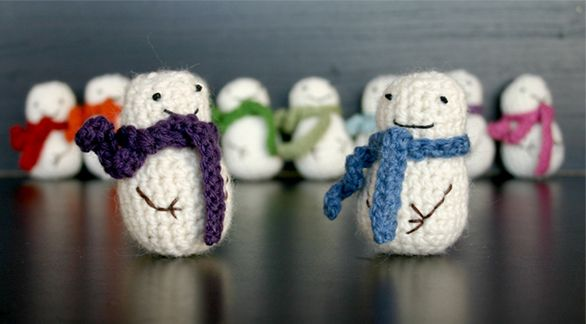 Crochet Mini Snowmen ... I wish I could make these.