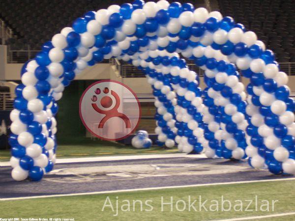 Sünnet düğünlerine balon süsleme yapılmakta. http://www.balon-suslemesi.net/