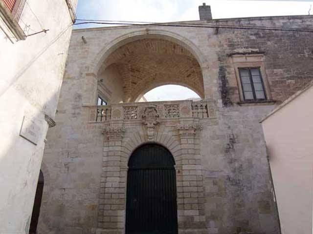Il Palazzo Baronale di Sogliano Cavour (provincia di Lecce) è sorto su una struttura difensiva del XII secolo ed è stato ampiamente rimaneggiato tra XVII e XIX secolo.
