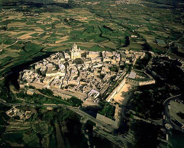 Mdina. Voormalige hoofdstad met meer dan 4000 jaar geschiedenis. Volledig ommuurd met paleizen en kloosters uit de Middeleeuwen.