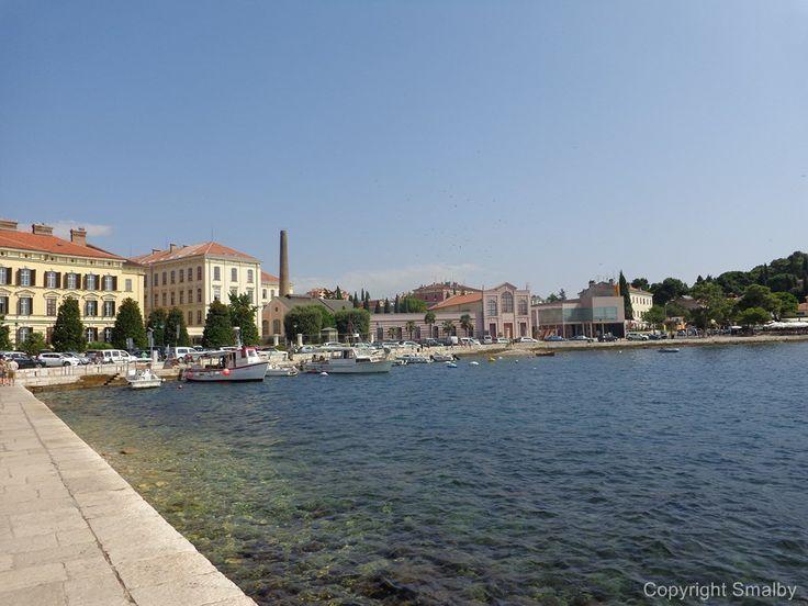 Die Uferpromenade in Rovinj befindet sich weniger als 100 vom Busbahnhof entfernt. Alle, die mit wenig Gepäck reisen, können gleich nach ihrer Ankunft einen Spaziergang entlang der wunderschönen Promenade unternehmen.