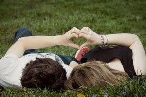 #amor #aconchego #teamo Você tem cheiro de aconchego, de família, de cuidado. Você tem um cheiro de lar doce lar. Nossos abraços apertados, nossas caras quando nos olhamos em silêncio. Quando encosta sua cabeça nos meus ombros e beija meu pescoço. Então promete! Promete que você vai cuidar de mim melhor do que eu mesma. Sua voz rouca, falando baixinho qualquer bobagem. Ah! Você me faz um bem que nem imagina...