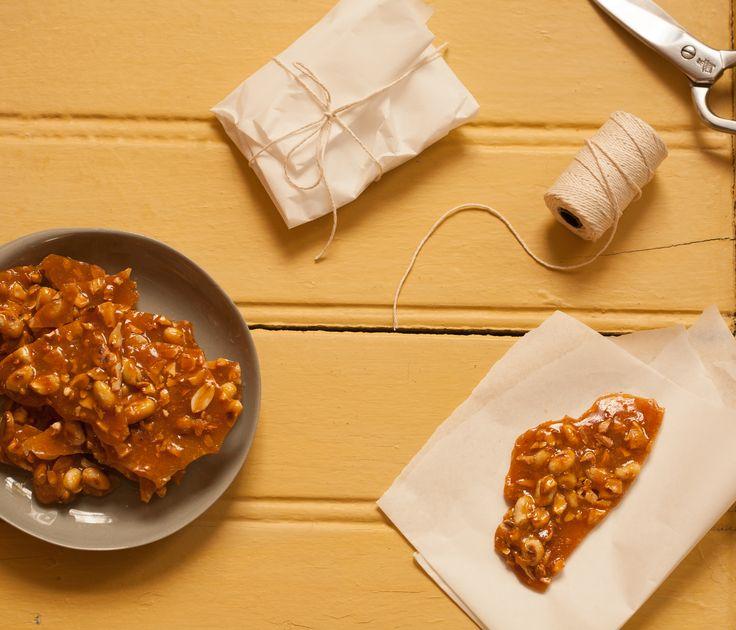 Pé de moleque com laranja | #ReceitaPanelinha: As raspas de laranja deixam este docinho tradicional com gosto de novo! O formato também é renovado: em lascas grandes, vira presente delicado.