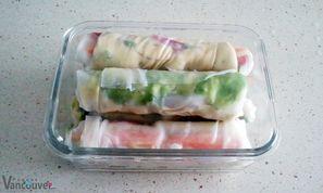 Rollitos de papel arroz - Ingredientes:  • Papel de arroz • Verduras en tiras: zanahorias, pepino, pimiento, etc. •Manzana (le da un toque dulce) •Hummus •Lechuga picada •Espinaca picada •Aguacate •Queso de cabra