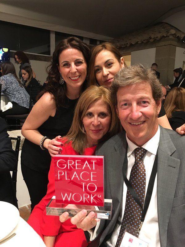En la gala de recepción del Premio que nos acredita como una de las mejores empresas en las que trabajar!!