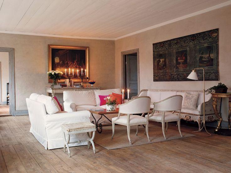 En salong i herrgården med baljfåtöljer av Ephraim Ståhl.