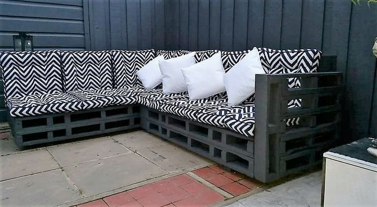 And if we talk about this extensive L shape inspired wood pallet couch, again no material other than the shipping pallets was used for this particular wood pallet project. This would make an integral part of your room interior no matter where you intend to place this pallet wooden couch.