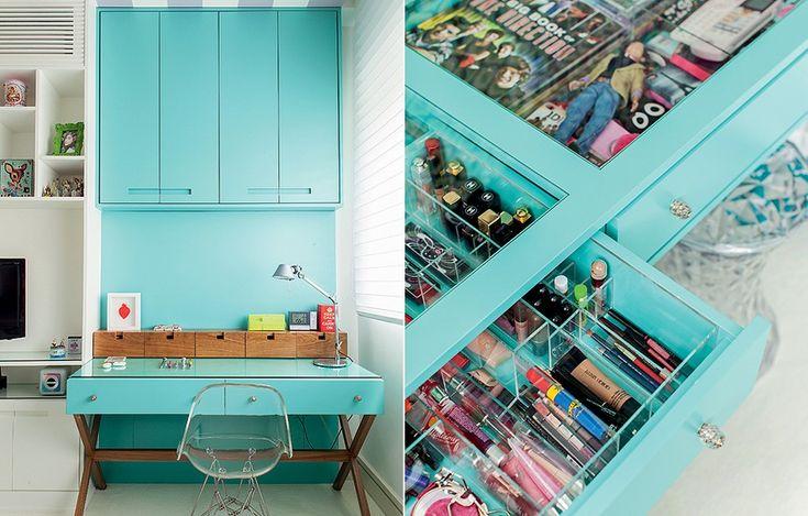 A marcenaria azul turquesa transformou o quarto de Marina, 13 anos. O espaço passou anos sendo cor-de-rosa, com móveis provençais. Mas as meninas crescem. Por isso a arquiteta Andrea Murao apostou na cor diferente