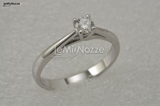 http://www.lemienozze.it/operatori-matrimonio/gioielli/biffi_gioielli/media/foto/2  Solitario per il fidanzamento: il classico anello di fidanzamento che accompagna la sposa fino al fatidico giorno in cui indosserà l'agognata fede nuziale...