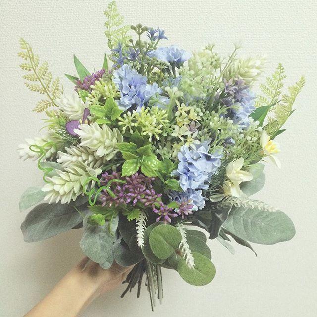前撮り用に造花でクラッチブーケ作成❤️😊✨ ナチュラルで可愛くできた〜✨😄 この色合いすごい好きー❤️✨ 花材を分かる分だけ書いておきます🌸 ----------------------------------- 水色:#スターチス 薄黄色と紫:#スタージャスミン 白の実っぽいの:#ホップ 丸葉:#ユーカリ 白っぽい葉:#セージ ------------------------------------ #weddingbouquet #ウェディングブーケ #クラッチブーケ #造花ブーケ #アーティフィシャルフラワー #手作りブーケ #ブーケ #ナチュラルウェディング #ナチュラルブーケ #プレ花嫁 #関西花嫁 #ウェディングdiy #全国のプレ花嫁さんと繋がりたい #日本中のプレ花嫁さんと繋がりたい #ウェディングソムリエジュニアアンバサダー #第6期ウェディングソムリエアンバサダー #第6期ウェディングソムリエジュニアアンバサダー