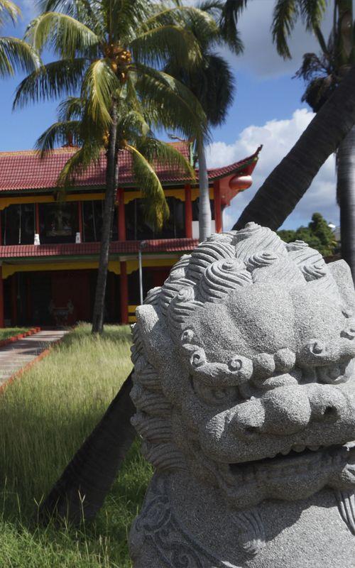 Pagoda china en pleno centro de la capital de Isla Mauricio, Port Louis. La diversidad cultural de la isla es apasionante. Más consejos de viaje en www.espressofiorentino.com