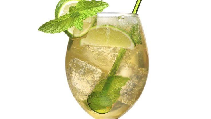 Der Hugo gehört seit einiger Zeit zu den angesagtesten Szenegetränken. Der Mix aus Prosecco und Holunderblütensirup begeistert und gilt als erfrischend, leicht und spritzig. Lesen Sie hier, wie Sie den Drink selber mixen können.