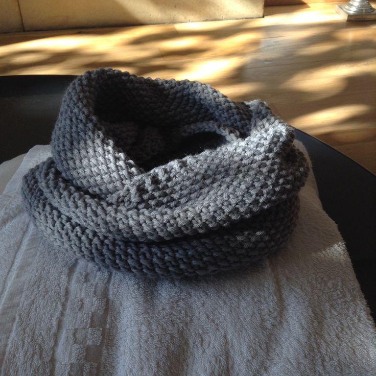 Snood pour homme réalisé avec la laine phidar partner 6 , 4 pelotes . J'ai monté 135 mailles sur une aiguilles circulaire no 7 et j'ai tricoté au point de riz jusqu'à épuisement des pelotes . Terminé , le Snood mesure environ 110cm de circonférence et 27 cm de haut .