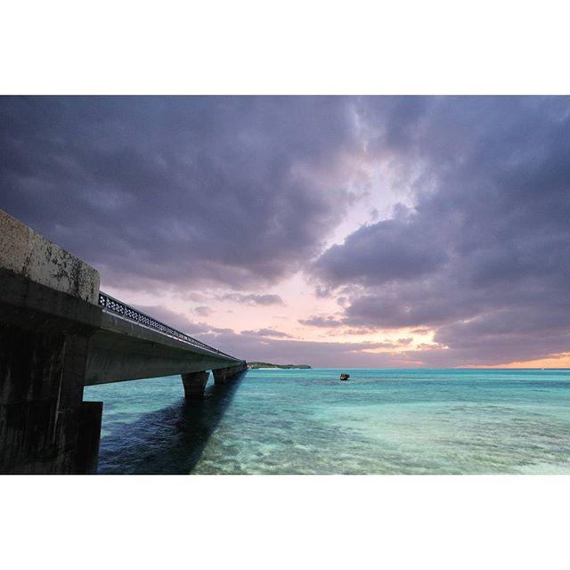【okinawa_photo】さんのInstagramをピンしています。 《池間大橋  1992年に開通した池間大橋。 こんな大きな橋が20年以上も前からあったなんて驚きです😆  #沖縄 #okinawa #宮古島 #miyakojima #池間島 #池間大橋 #空 #海 #宮古島ブルー #sky #ocean #シュノーケリング #ダイビング #sunset #黄昏時 #カメラ好きな人と繋がりたい #ファインダー越しの私の世界 #写真好きな人と繋がりたい #instagood #photography #igersjp #followme #ずみ #かりゆし #んみゃーち #fff #l4l #琉球 #カメラ部》