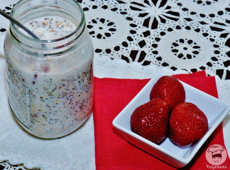 """""""Overnight Oats"""", são flocos de aveia deixados de molho durante a noite na geladeira para comer no café da manhã. A aveia é o ingrediente b..."""