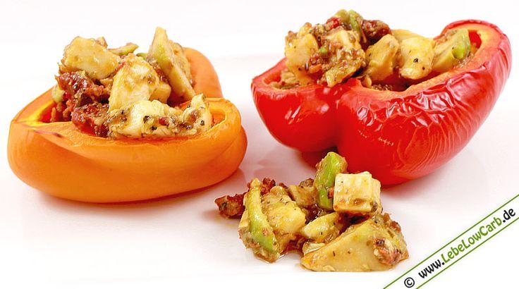 Ein einfaches und schnelles Low Carb Rezept für Gegrillte Paprikahälften gefüllt mit kaltem Avocado-Tomaten-Mozzarella-Salat. Einfach zubereitet und schmeckt garantiert ... #lowcarb Mehr vegetarische Low Carb Rezepte auf http://www.lebelowcarb.de/low-carb-rezepte-fuer-vegetarische-gerichte.html