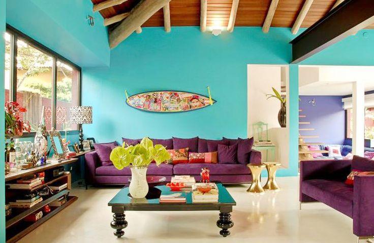 Dicas de como combinar o sofá colorido no decor da sua casa.
