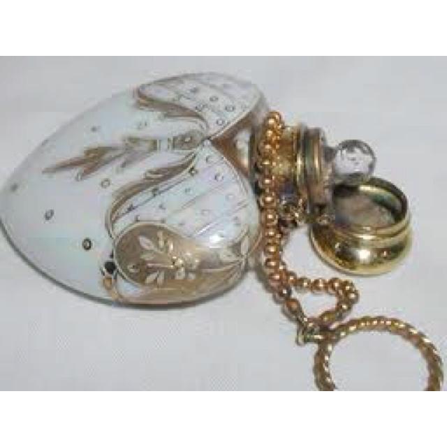 Victorian Perfume Bottle.   Colliers de boutielle de parfum