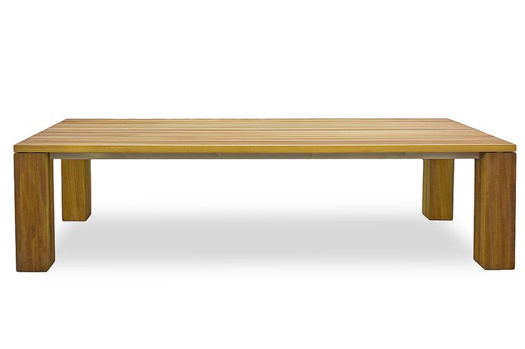MG. G è un imponente ed elegante tavolo da pranzo per esterno che rappresenta un elemento d'arredo di grande stile. Il tavolo MR. G ha il top a doghe e piedi in legno di iroko mentre la struttura portante è in acciaio. Questo modello può essere realizzato anche in legno di cedro e teak.