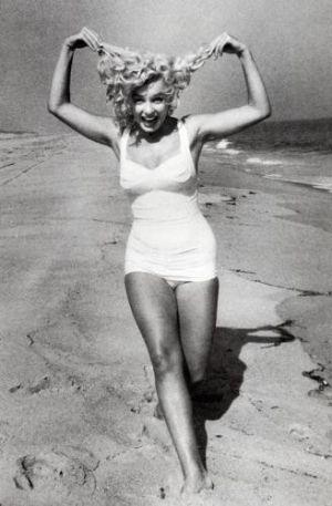awe Marilyn Monroe at Santa Monica beach in California :)