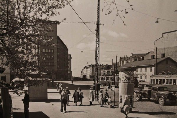 Hämeentien ja Helsinginkadun risteys (Eino Heinonen, noin 1950) Rasvaletti näyttely - Hgun kaupunginmuseo. http://www.hel.fi/hki/museo/fi/Museot+ja+n_yttelyt/Hakasalmen+huvila