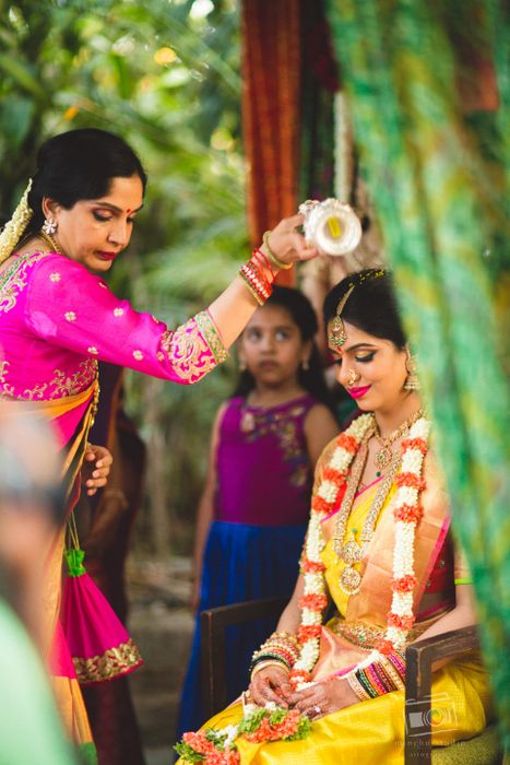 When it comes to South Indian weddings, we are always in awe of their intricate temple jewellery baubles . That's why today, we found this Telugu wedding with a bunch of stuff we loved. The palaquin of sorts the bride...