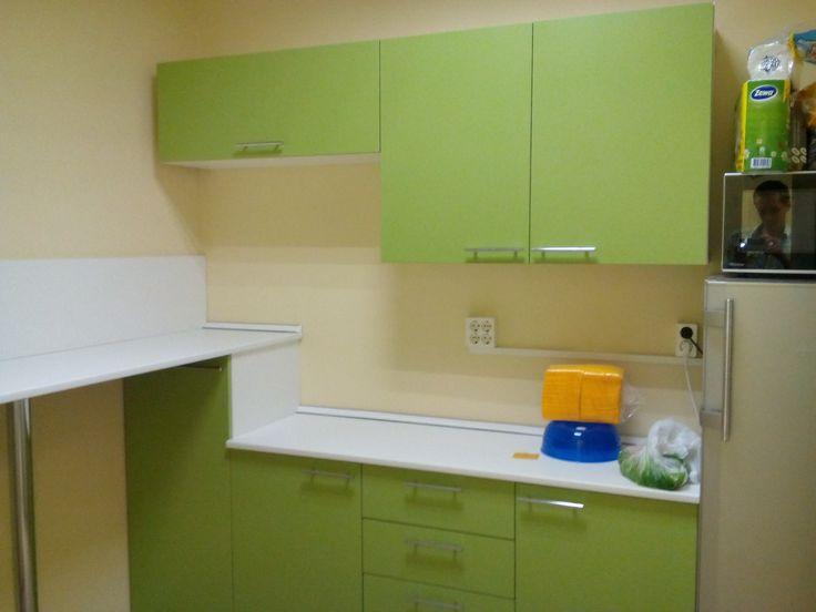 Мини-кухня для офиса с пристенным столом.