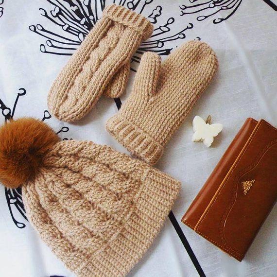Crochet Alpaca Hat & Mittens Set in light camel color от @joycofferpin #crochet #hatmittensset #crochethat #crochetmittens #alpaca #alpacahat #alpacamittens #crochetfashion #winterfashion #naturalpompom #beige #lightcamel #accessories #handmade #warm #cozy