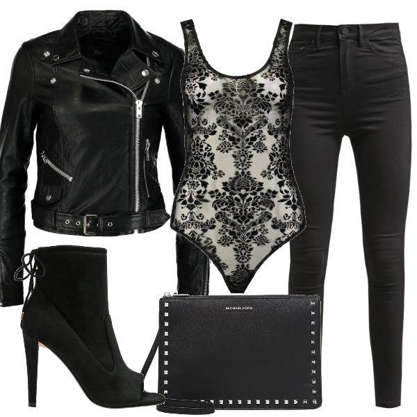 Total black per una serata in discoteca: jeans skinny abbinati ad un body in pizzo, da indossare sotto una giubbotto in pelle. Ai piedi stiletti con tacco alto, spuntati sul davanti e una borsetta a tracolla rifinita in metallo,