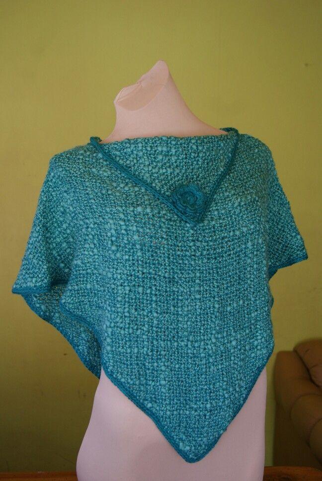 Poncho tejido a telar 60x60 cm.  Terminaciones a crochet.